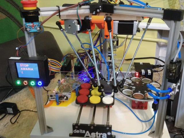 Robota na zdjęciu skonstruował Wiktor Nowacki - uczeń zawodu technik elektronik